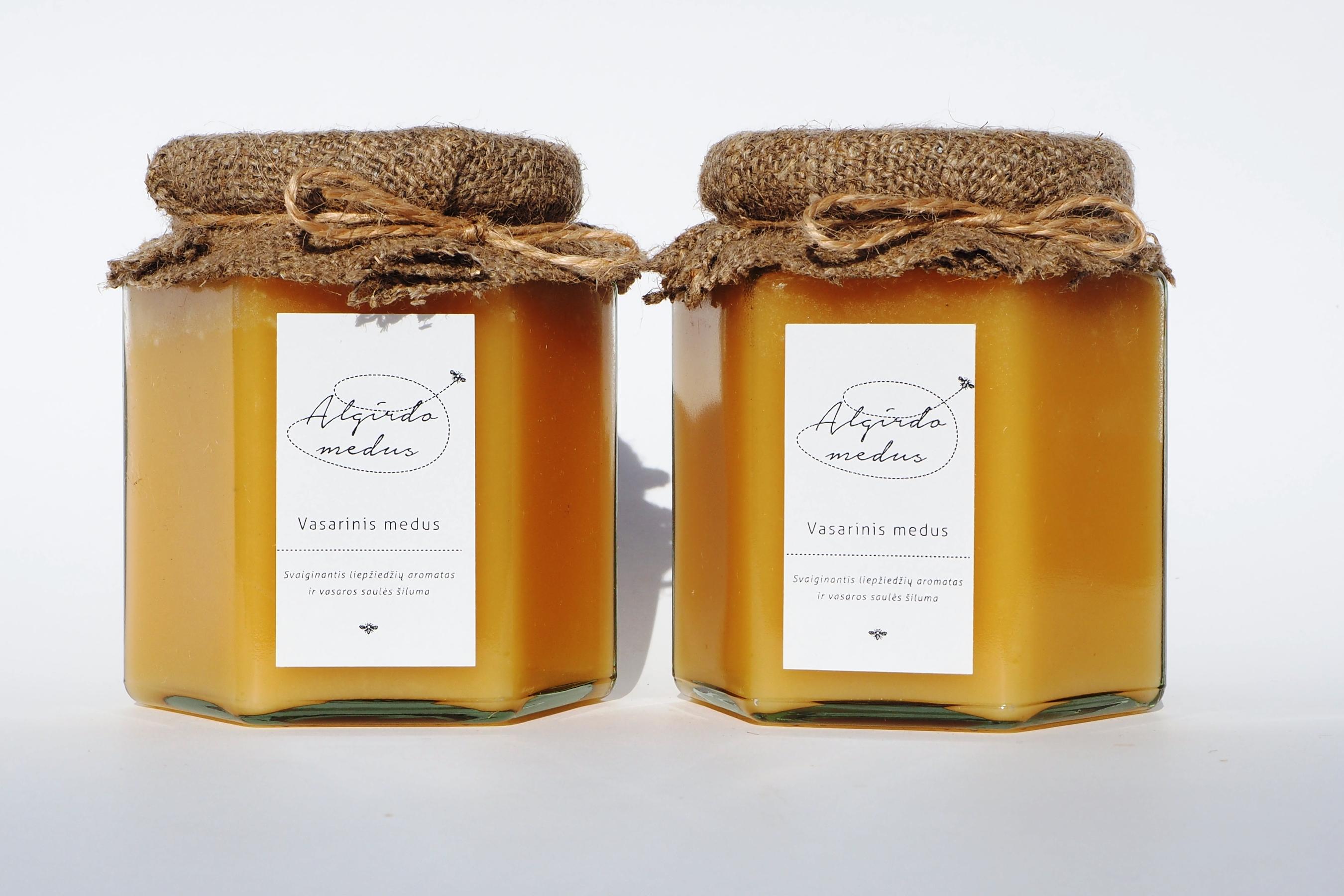 Vasarinis (liepų) medus šešiakampiame stiklainėlyje. Grynasis kiekis – 500 g.