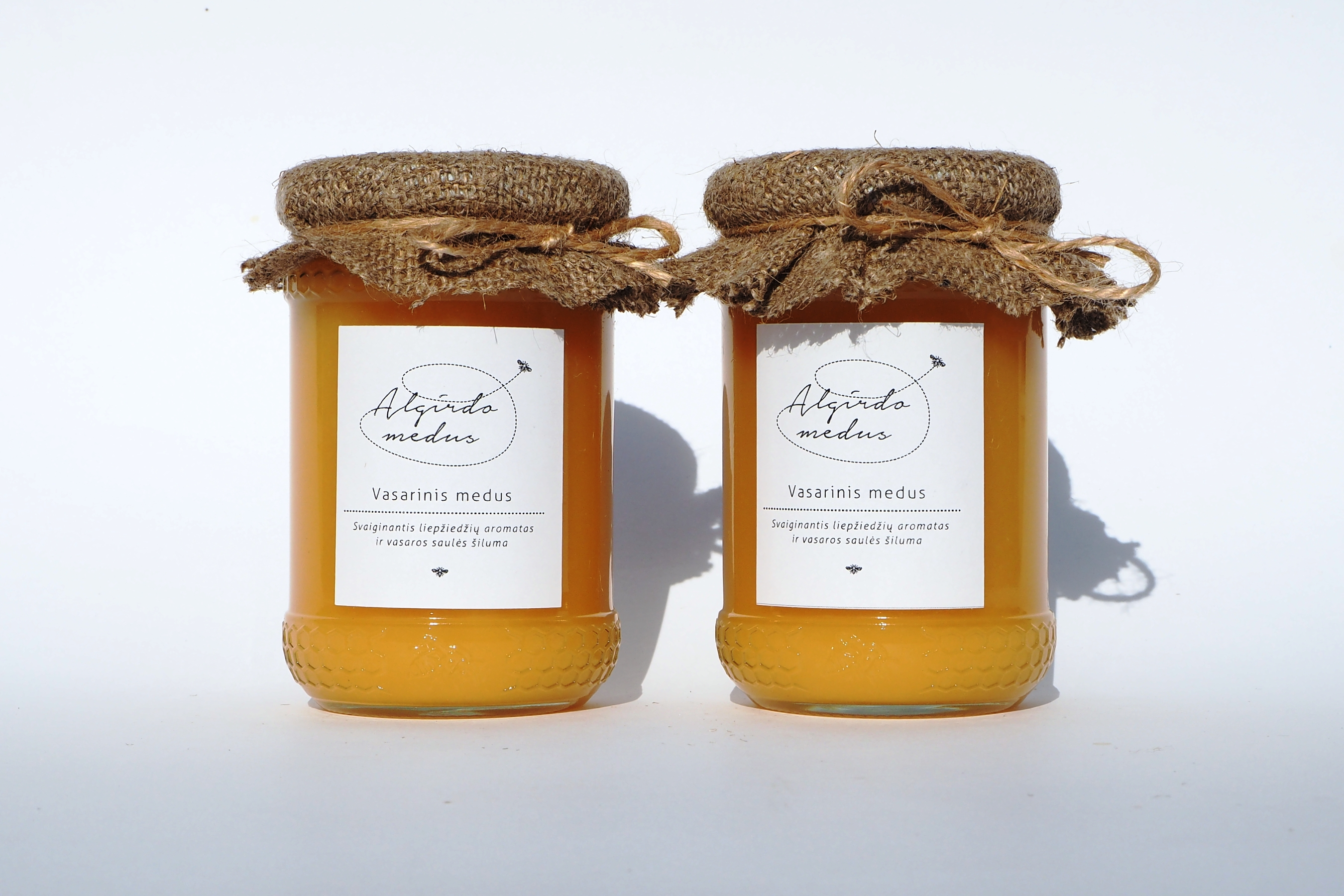 Vasarinis (liepų) medus bičių korio motyvais dekoruotame stiklainėlyje. Grynasis kiekis – 400 g.