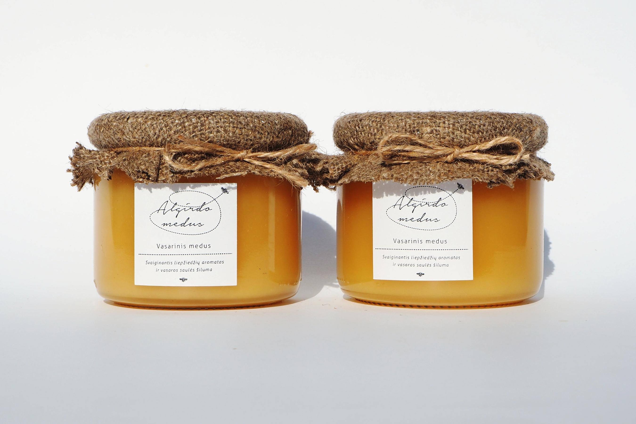 Vasarinis (liepų) medus stiklainėlyje. Grynasis kiekis – 400 g.