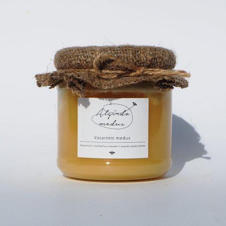 Vasarinis (liepų) medus stiklainėlyje. Grynasis kiekis – 250 g.